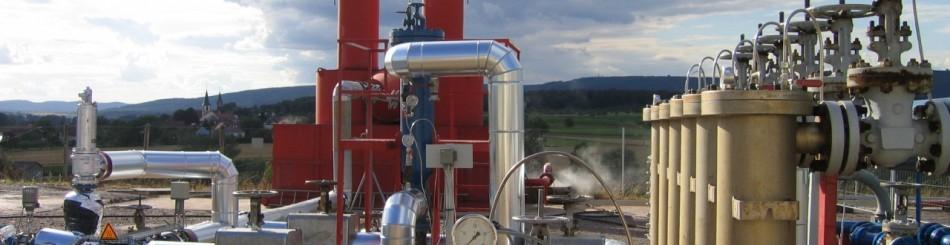 """Le site de Soultz-sous-Forêts, site pilote pour mettre au point la technologie de géothermie profonde EGS (""""Enhanced Geothermal System"""" ou """"système géothermie stimulé""""). Vue d'un panache de vapeur sur le site de Soultz-sous-Forêts pendant les tests de circulation hydraulique de 2005. La photo met également en évidence les échangeurs de chaleur (à droite) et les séparateurs d'où s'échappe la vapeur (en arrière plan) (Soultz, Bas-Rhin, France, 2005)."""